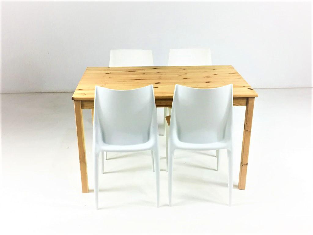 Aluguer-Mesa-Pinho-e-Cadeira-Plástica.-Magnezya-Event-Support