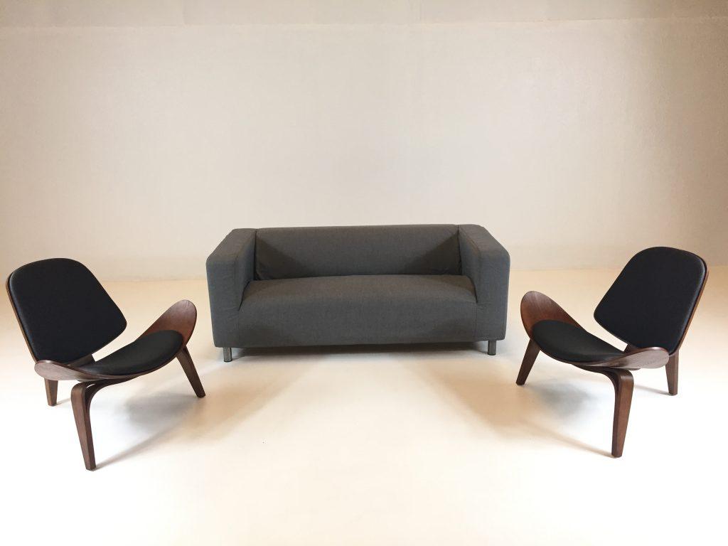 Aluguer Set. Sofá Tecido Cinzento 02 Lug e Cadeira Nórdica Shell. Magnezya Event Support