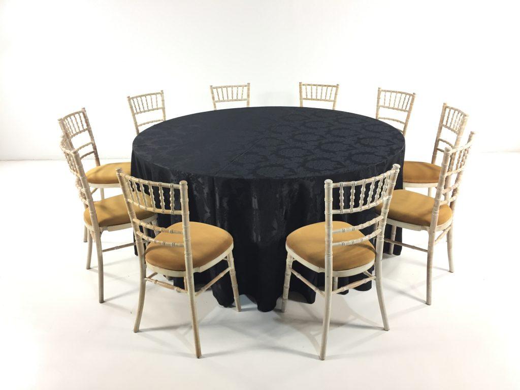 Aluguer Mesa Redonda 10 Pax, c Camilha Adamascada Preto e Cadeira Chiavari c Coxim Dourado (1)