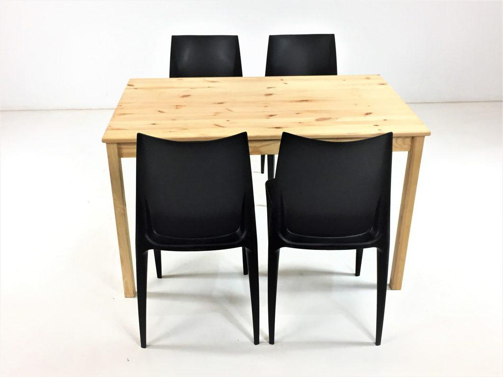 Aluguer-Conjunto-Mesa-Pinho-e-Cadeira-Plástica-Preto.-Magnezya-Event-Support