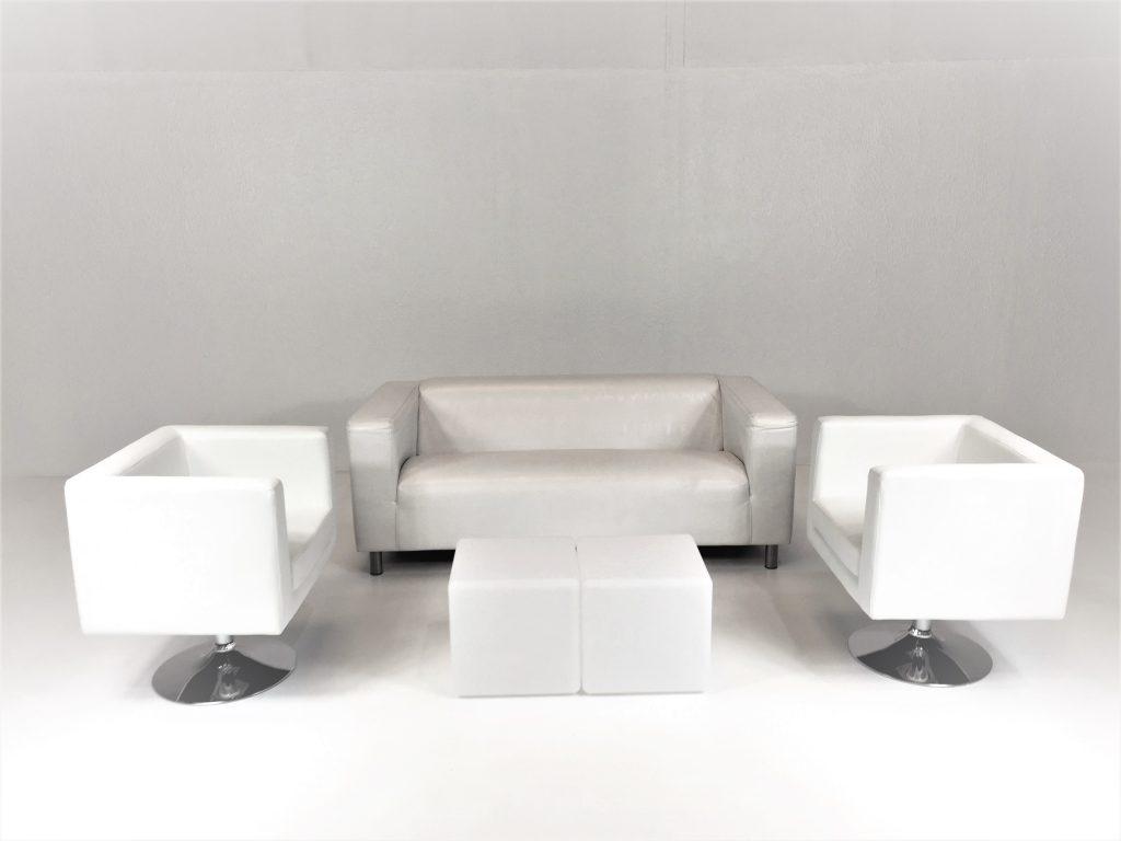 Aluguer Set. Sofá 02 Lug. Napa Branco. Poltrona Pele Branco e Mesa Cubo Led. Alugar Eventos. Magnezya Event Support
