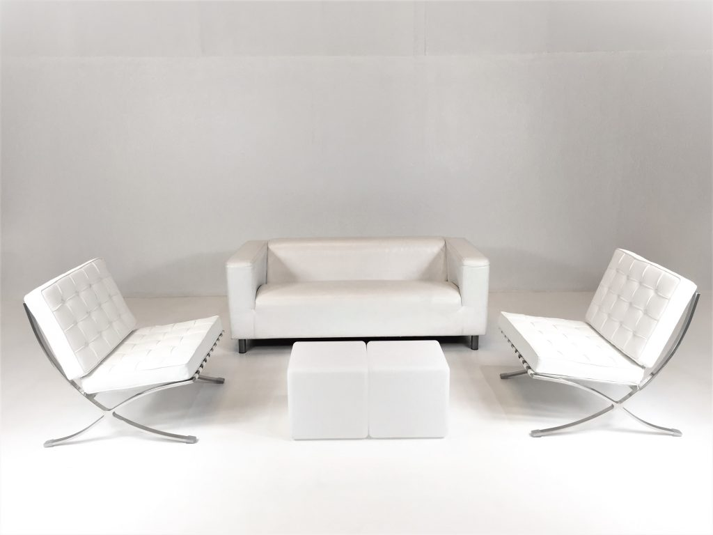 Aluguer Set. Sofá Napa 02 Lug. Branco, Poltrona Barcelona e Mesa Cubo Led. Magnezya Event Support