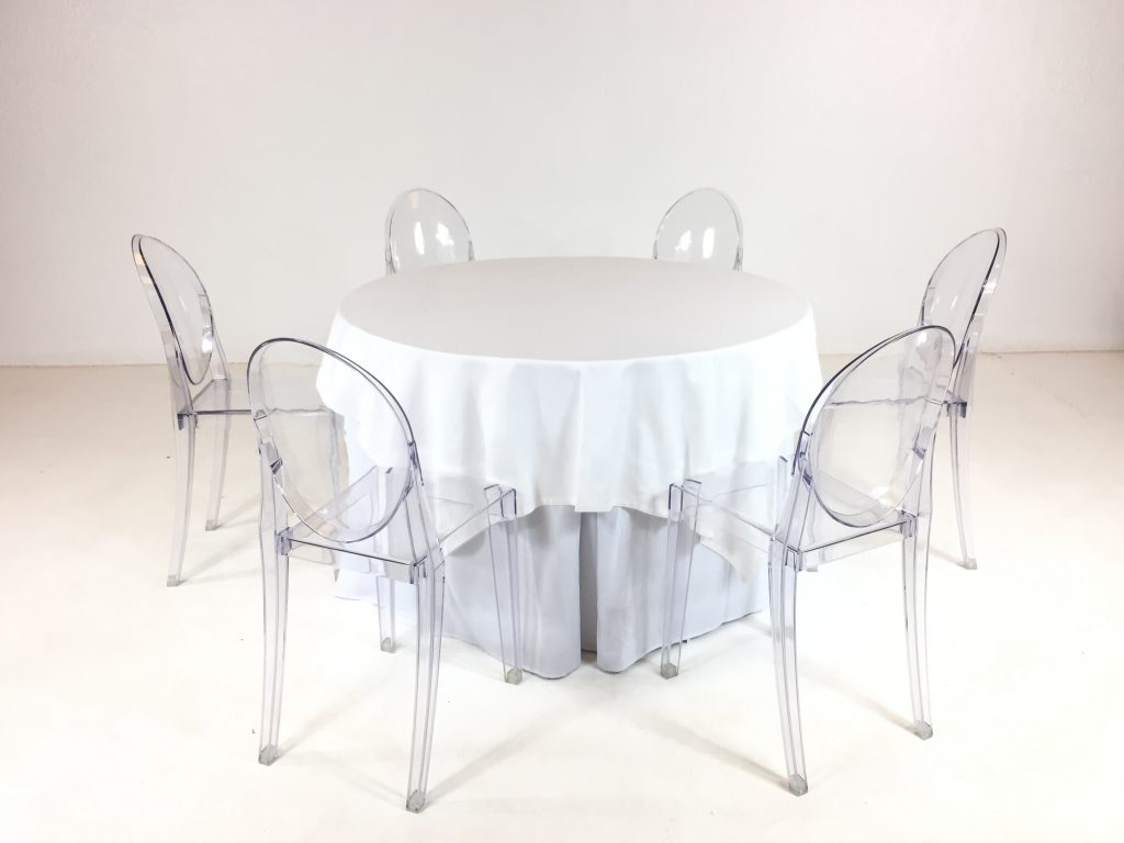 Aluguer Conjunto. Mesa 06 Pax. Toalha e Rodapé Branco e Cadeira Acrílica. Magnezya Event Support