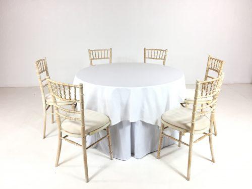 Aluguer Conjunto. Mesa Redonda 06 Pax c Toalha e Rodapé Branco e Cadeira Chiavari Decapé 2. Magnezya Event Support