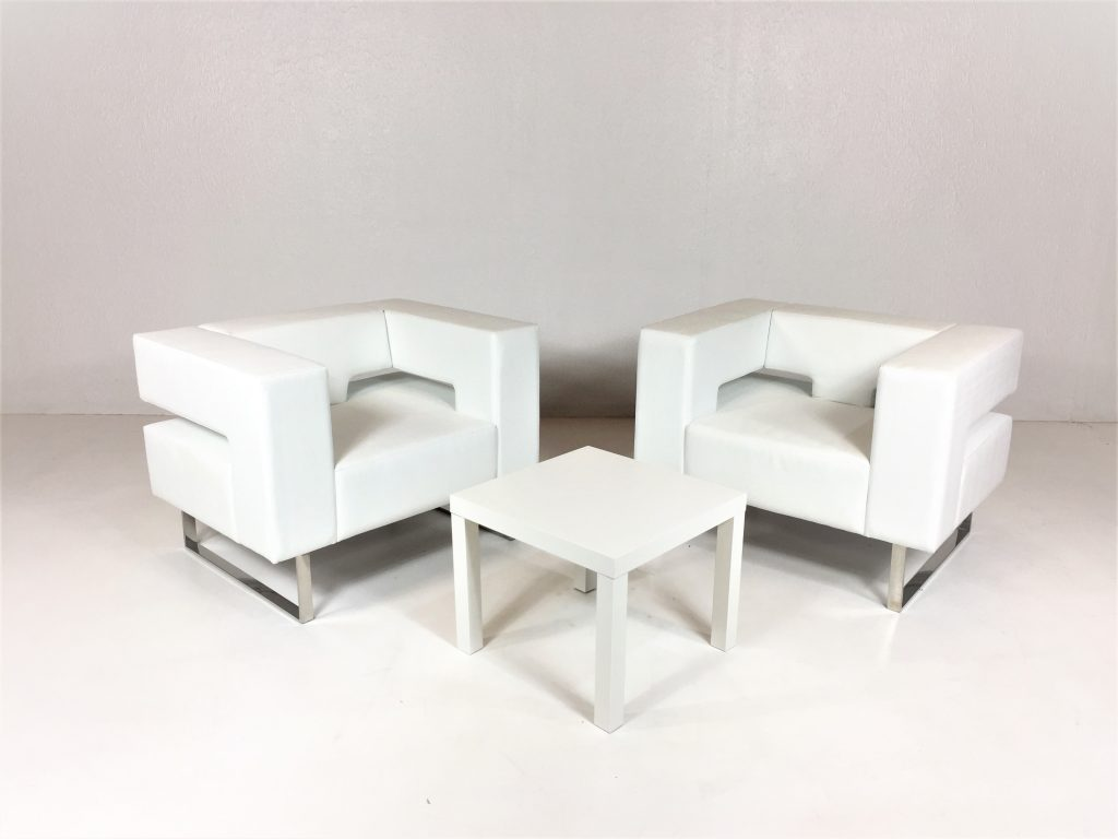 Aluguer Conjunto. Poltrona Contemporânea e Mesa Baixa Quadrada Branco. Magnezya Event Support